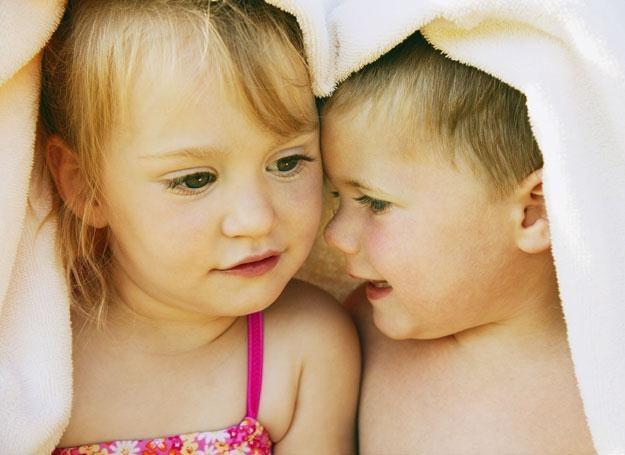 Delikatna skóra dziecka jest szczególnie narażona na podrażnienia i poparzenia promieniami słoneczny /ThetaXstock