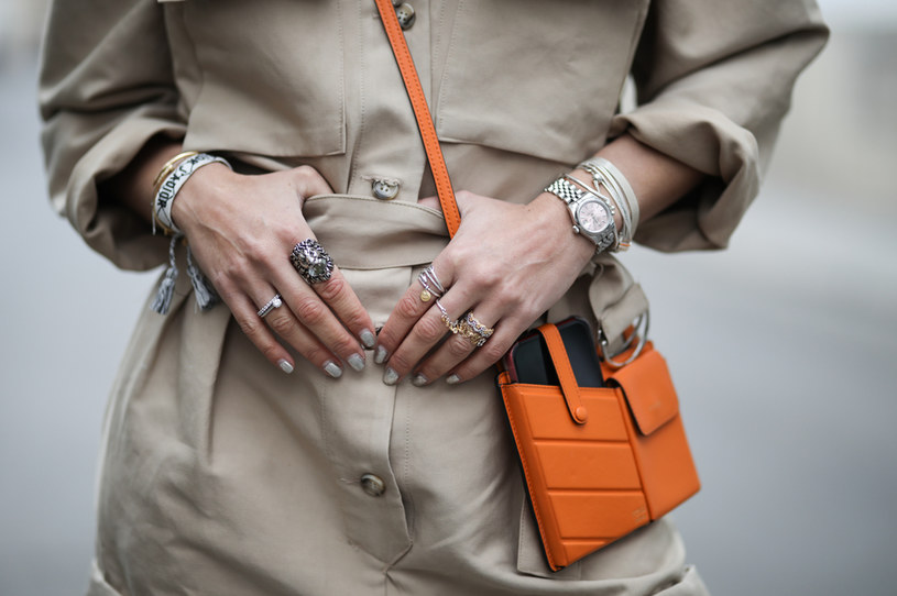 Delikatne pierścionki na każdym palcu wciąż są mile widziane /Getty Images