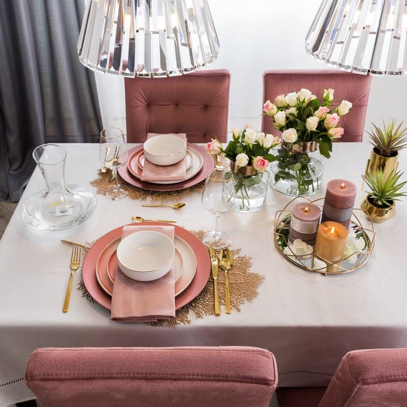 Delikatne, welurowe meble w odcieniu pudrowego różu znakomicie prezentują się w towarzystwie złotych i jasnoszarych dodatków /materiały prasowe