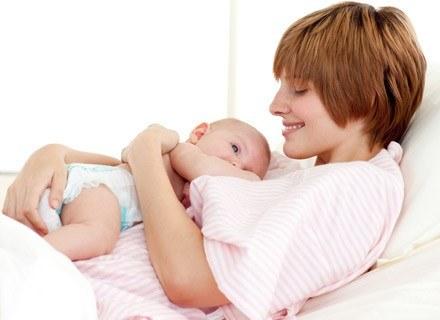 Delikatny masaż relaksuje niemowlaka przed snem /© Panthermedia