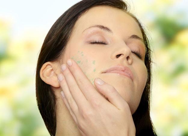 Delikatny masaż twarzy poprawia ukrwienie /123RF/PICSEL