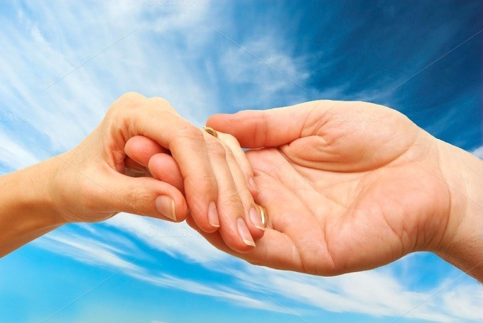 Delikatny uścisk dłoni /© Photogenica