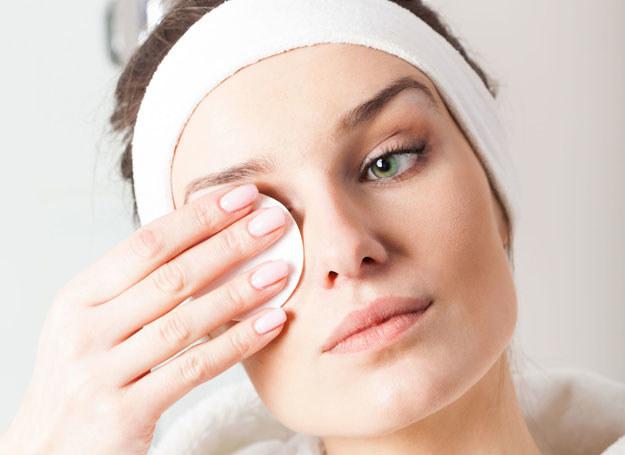 Demakijaż olejkami? Tak! Nie tylko usunie makijaż, ale też natłuści skórę /123RF/PICSEL