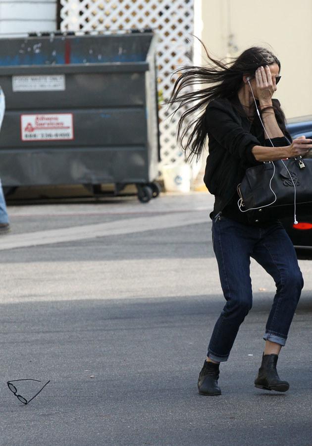 Demi w popłochu ucieka przed paparazzi, gubiąc okulary.  /Agencja FORUM