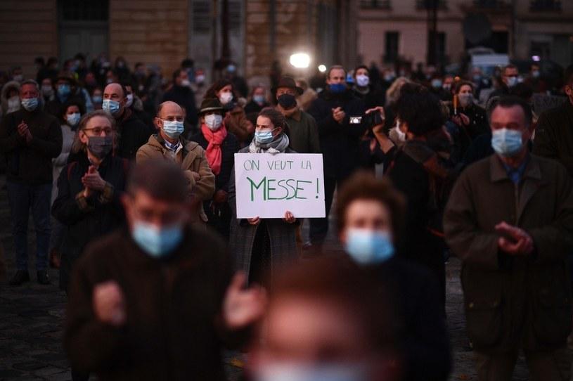 Demonstracja francuskich katolików w związku z obowiązującymi w kraju obostrzeniami. /MARTIN BUREAU /AFP