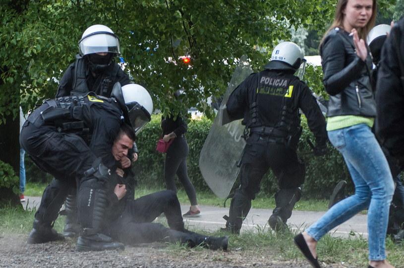 Demonstracja i zamieszki przed komisariatem policji we Wrocławiu /Maciej Kulczyński /PAP
