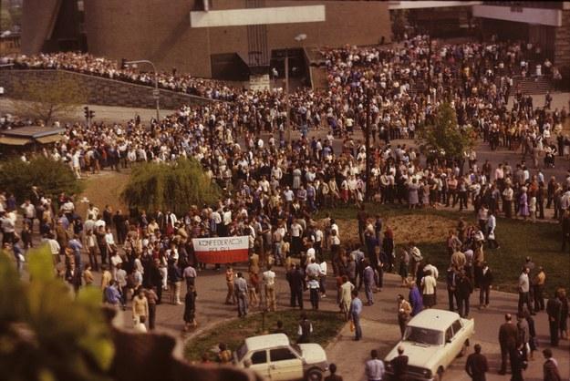 Demonstracja po mszy w nowohuckim kościele Arka Pana w 1985 roku - ludzie kierują się na placyk, gdzie zginał Bogdan Włosik /Jacek Boroń /Reporter
