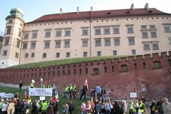 Demonstracja przeciwników pochówku pary prezydenckiej na Wawelu