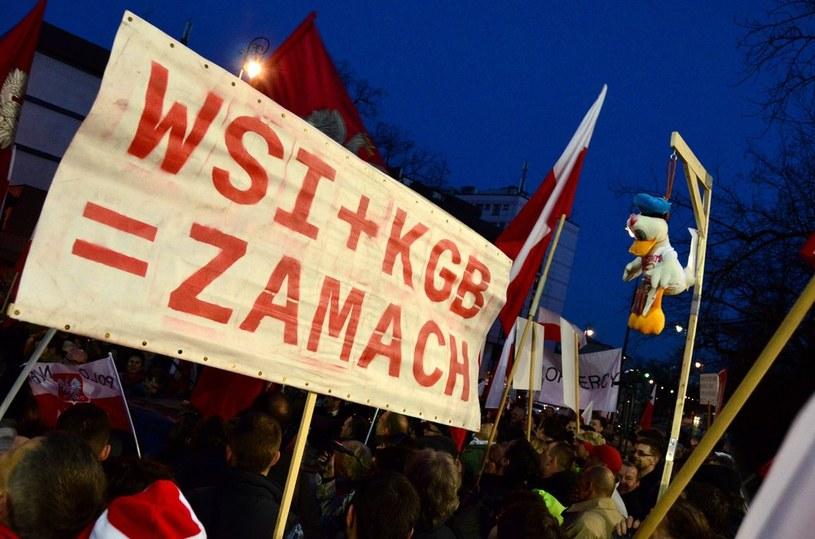 Demonstracja przed Ambasadą Federacji Rosyjskiej przed 2. rocznicą katastrofy smoleńskiej /Mariusz Gaczyński /East News
