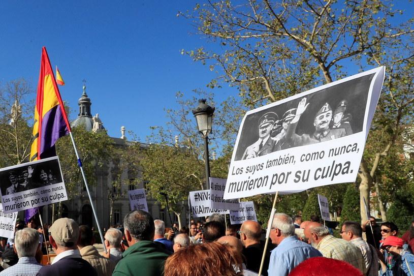 Demonstracja przez sądem najwyższym w Madrycie popierająca wniosek o możliwość ekshumacji prochów generała Franco /Fernando Alvaro /PAP/EPA