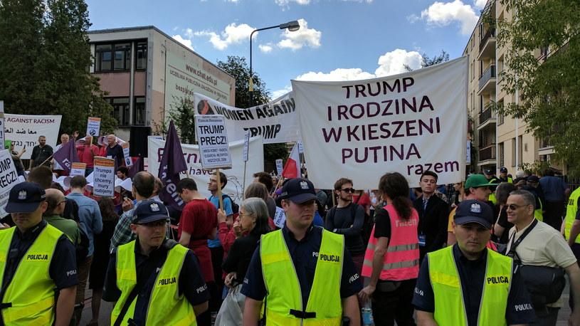 """Demonstracja """"Trump precz!"""" w dzień wizyty prezydenta USA Donalda Trumpa w Polsce /Konrad Kalbarczyk  /PAP"""