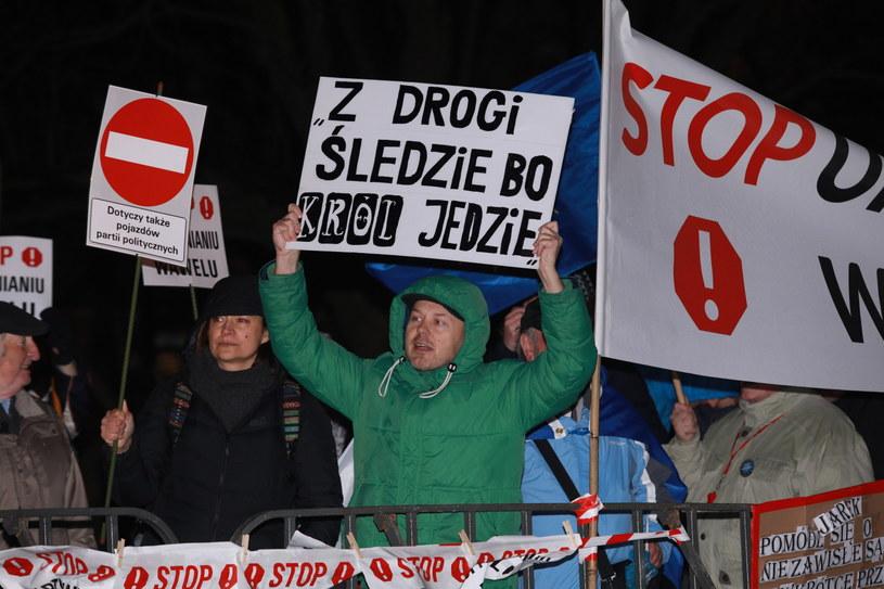 Demonstracja u stóp Wawelu. Zebrani protestują przeciwko upolitycznianiu wzgórza wawelskiego /Stanisław Rozpędzik /PAP
