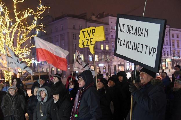 """Demonstracja w Krakowie pod hasłem """"Stop propagandzie w TVP! Żądamy zmian!"""" /PAP"""
