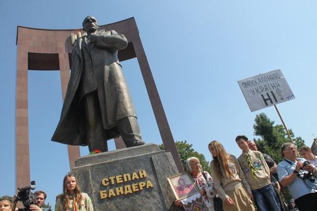 Demonstracja we Lwowie pod pomnikiem Stepana Bandery, bohatera współczesnej Ukrainy /East News