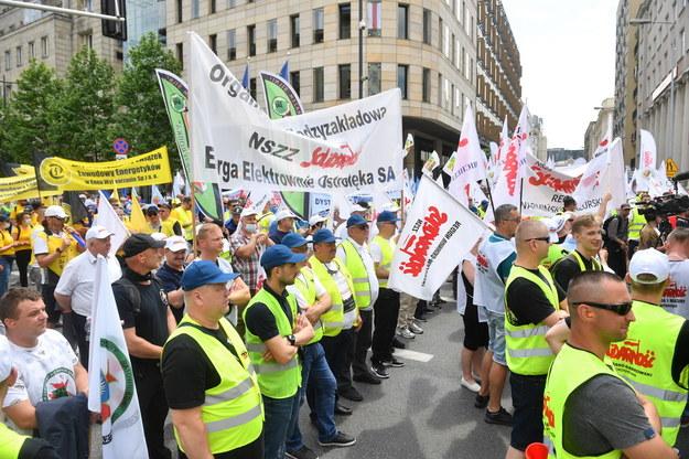 """Demonstracja zorganizowana przez Krajowy Sekretariat Górnictwa i Energetyki NSZZ """"Solidarność"""" przed siedzibą przedstawicielstwa Komisji Europejskiej w Warszawie /Radek  Pietruszka /PAP"""