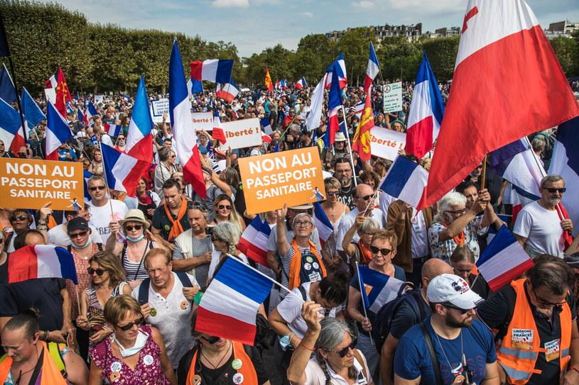 Demonstracje przeciw paszportom sanitarnym we Francji /CHRISTOPHE PETIT TESSON /PAP/EPA