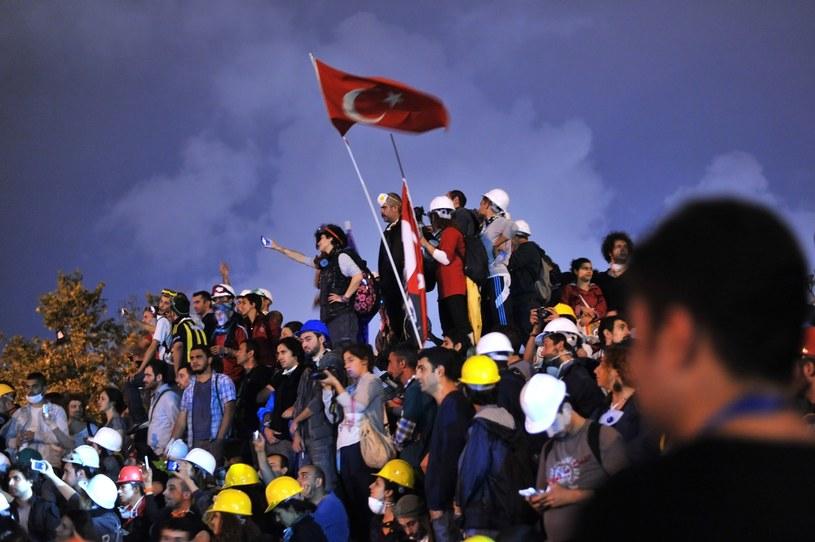 Demonstranci, którzy okupują park Gezi w Stambule, nie chcą go opuścić mimo ultimatum premiera Recepa Tayyipa Erdogana. /OZAN KOSE /AFP