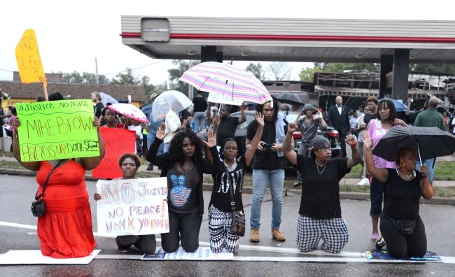 Demonstranci na ulicach Ferguson /PAP/EPA/ROBERTO RODRIGUEZ /PAP/EPA