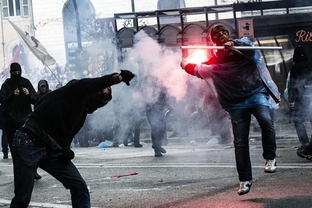 Demonstranci obrzucili jajkami, pomarańczami i petardami gmachy kilku ministerstw /ANGELO CARCONI /PAP/EPA