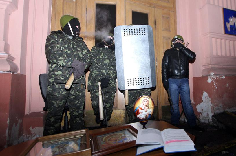 Demonstranci trzymają straż przy zajętym budynku Ministerstwa Sprawiedliwości /AFP