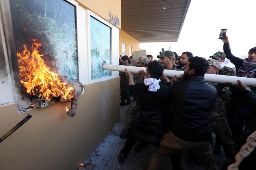 Demonstranci w okolicy ambasady USA w Bagdadzie / AHMED JALIL    /PAP/EPA