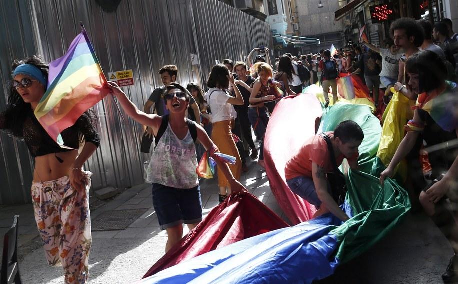 Demonstranci w Stambule /SEDAT SUNA /PAP/EPA