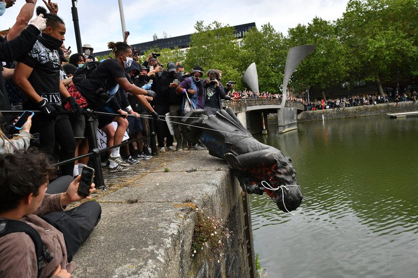 Demonstranci wrzucili pomnik Edwarda Colstona do rzeki Avon /Ben Birchall / PA Images /Agencja FORUM