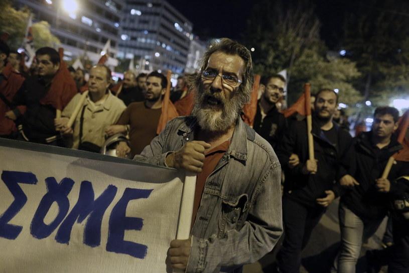 Demonstranci wyszli na ulice Aten w piątek wieczorem /YANNIS KOLESIDIS /PAP
