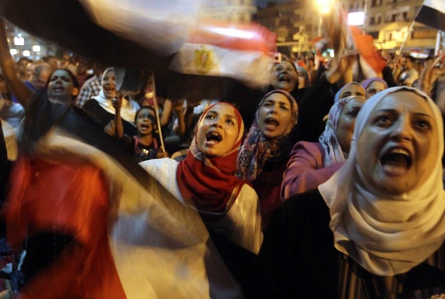 Demonstranci zapewniają, że są nastawieni pokojowo, ale jeśli zostaną zaatakowani, mają prawo do samoobrony /KHALED ELFIQI   /PAP/EPA