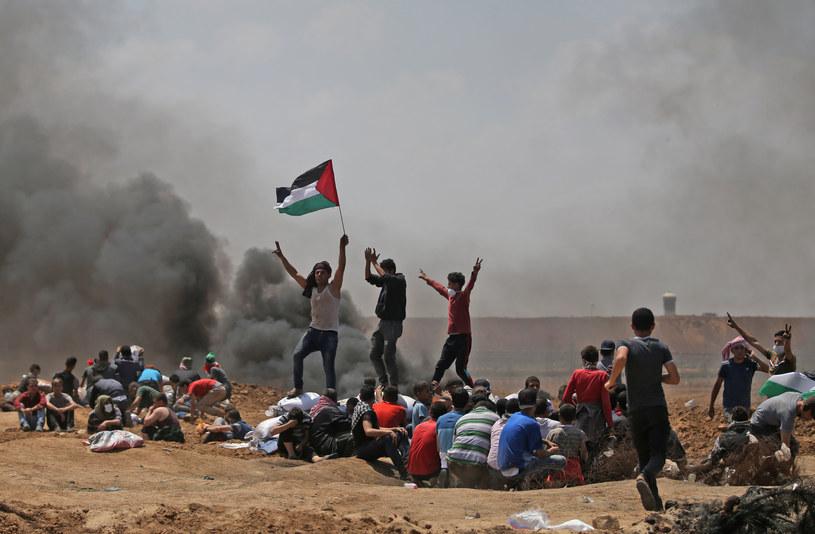 Demonstrujący Palestyńczycy w pobliżu granicy Izraela ze Strefą Gazy /MOHAMMED ABED /AFP