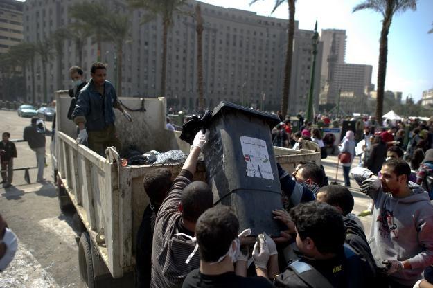 Demonstrujący pomagają w sprzątaniu placu Tahrir /AFP