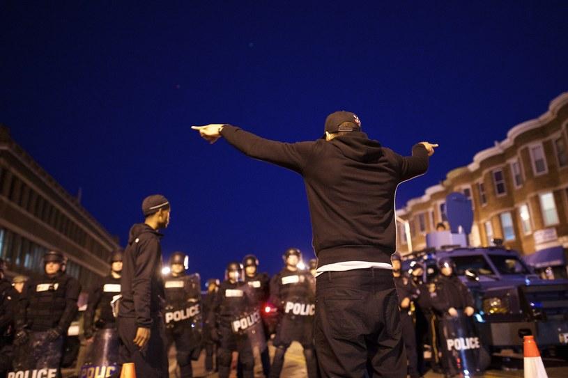 Demonstrujący wyszli mimo obowiązującej już w mieście godziny policyjnej /AFP