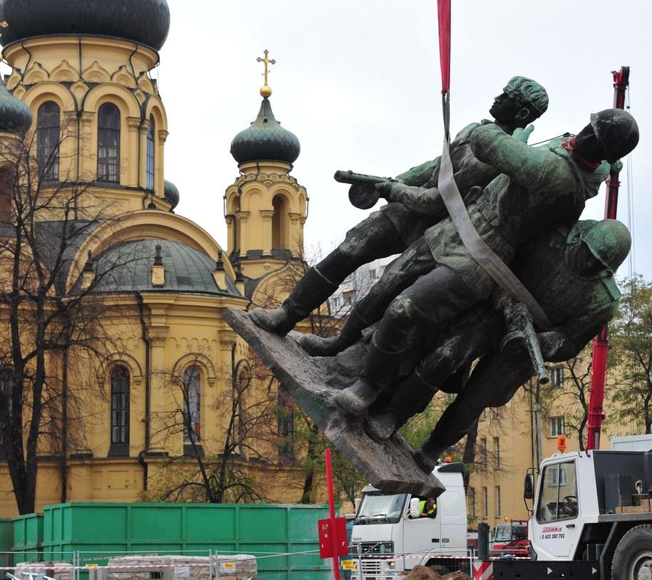 Demontaż kontrowersyjnego pomnika w 2011 r. /PAP/Andrzej Hrechorowicz /PAP