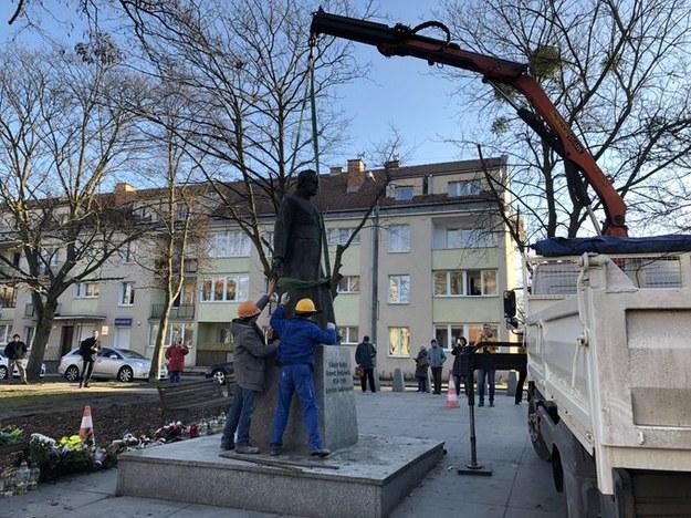 Demontaż pomnika ks. Henryka Jankowskiego w marcu 2019 roku /Jakub Kaługa /Archiwum RMF FM