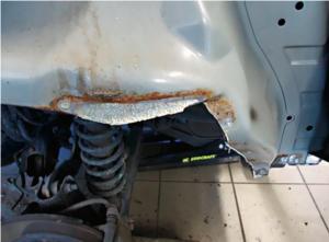 Demontaż tylnego błotnika potrafi ujawnić całkiem obfite pokłady korozji na blasze. /Motor