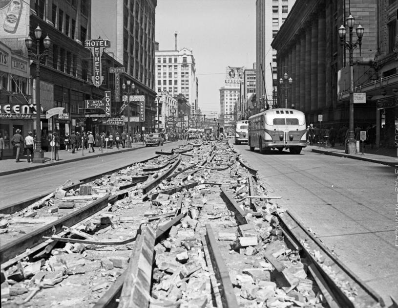 Demontowane torowisko na Third Avenue w Seattle. Po prawiej autobusy GM. W Seattle komunikacja publiczna była jedną z najbardziej wydajnych w USA. Do dziś tej wydajności nie odzyskała /Wikimedia Commons /domena publiczna