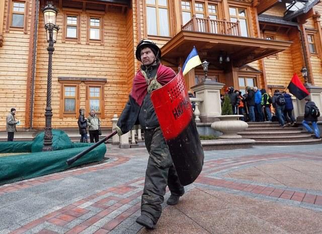 Demontranci na terenie posesji Janukowycza /SERGEY DOLZHENKO /PAP/EPA