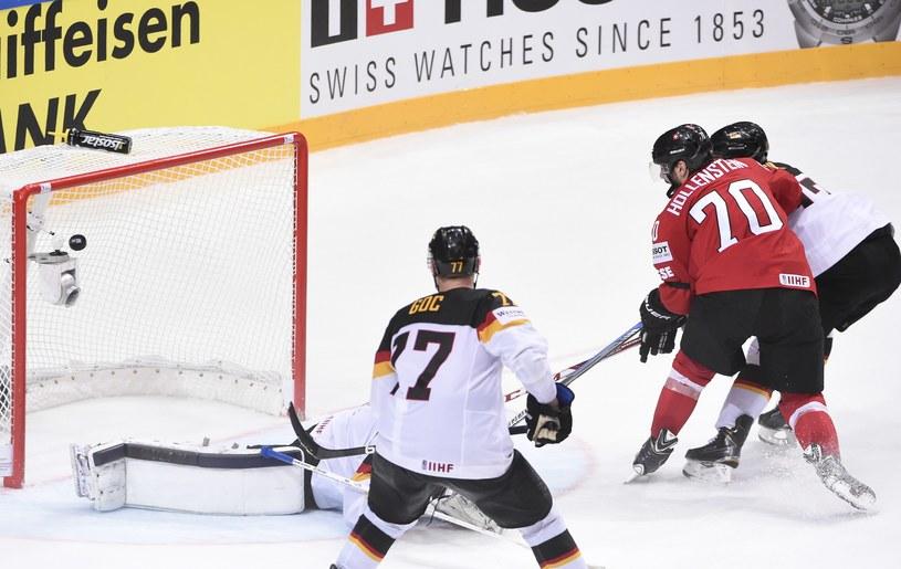 Denis Hollenstein (nr 70) strzela gola dla Szwajcarii w meczu z Niemcami /AFP
