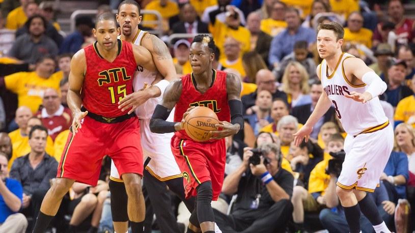 Dennis Schroeder (w środku) z Atlanta Hawks zdobył w meczu Cleveland Cavaliers 27 pkt. /SID