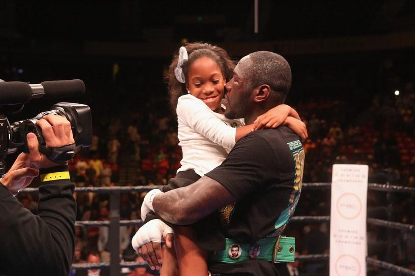Deontay Wilder świętuje jedno ze zwycięstw w ringu, na rękach jego córeczka Naieya /AFP
