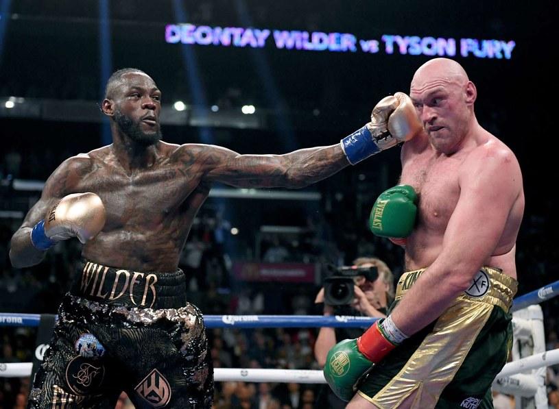 Deontay Wilder uderza Tysona Fury'ego /AFP
