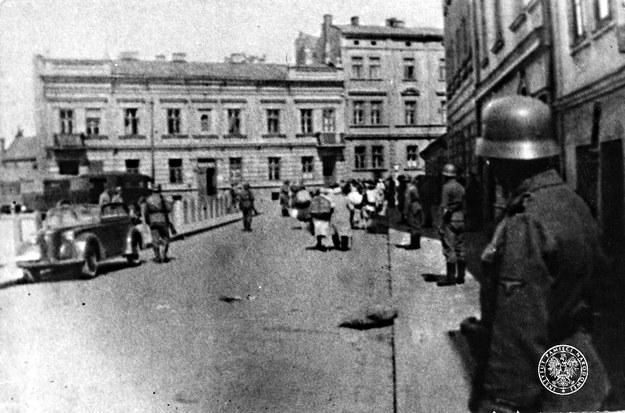 Deportacja mieszkańców getta krakowskiego do obozu zagłady w Bełżcu w czerwcu 1942 r. /fotografia ze zbiorów AIPN w Krakowie /