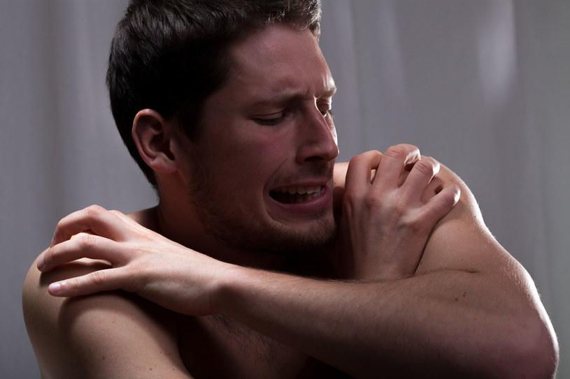 Depresja, osamotnienie, a nawet płacz z bezsilności po narodzinach dziecka to nie tylko problemy kobiet /123RF/PICSEL