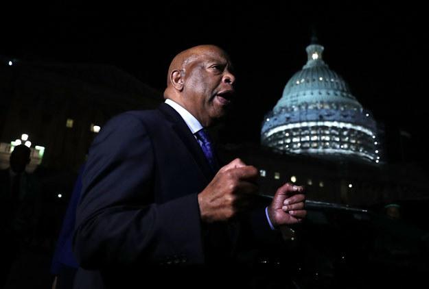 Deputowany John Lewis pod budynkiem Kongresu /AFP