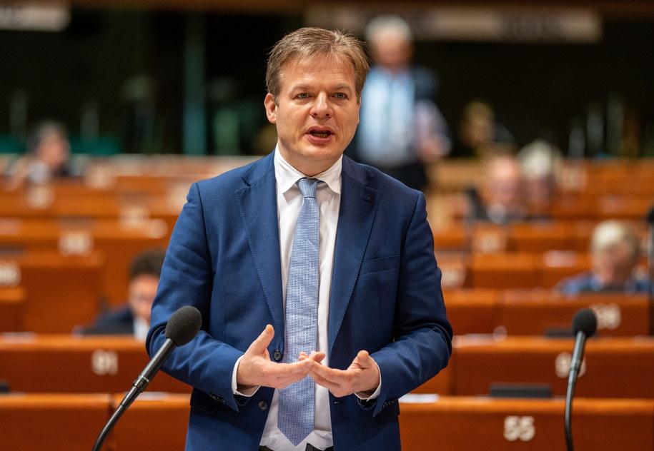 Deputowany Pieter Omtzigt prezentujący wnioski z raportu /Patrick Seeger  /PAP/EPA