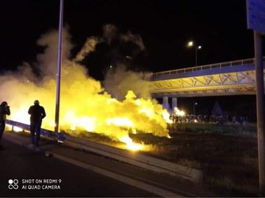 Derby Dolnego Śląska: Kibice zgromadzeni przed stadionem. W stronę policjantów poleciały race