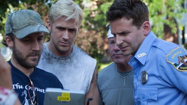 "Derek Cianfrance instruuje Ryana Goslinga i Bradleya Coopera na planie filmu ""Drugie oblicze"" /materiały dystrybutora"