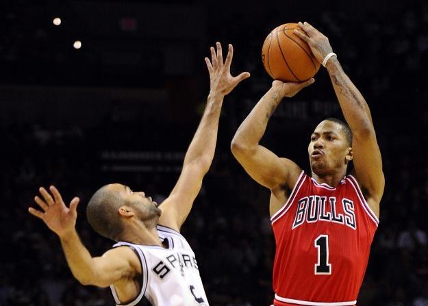 Derrick Rose (Bulls) wykonuje rzut nad Tonym Parkerem (Spurs) /PAP/EPA
