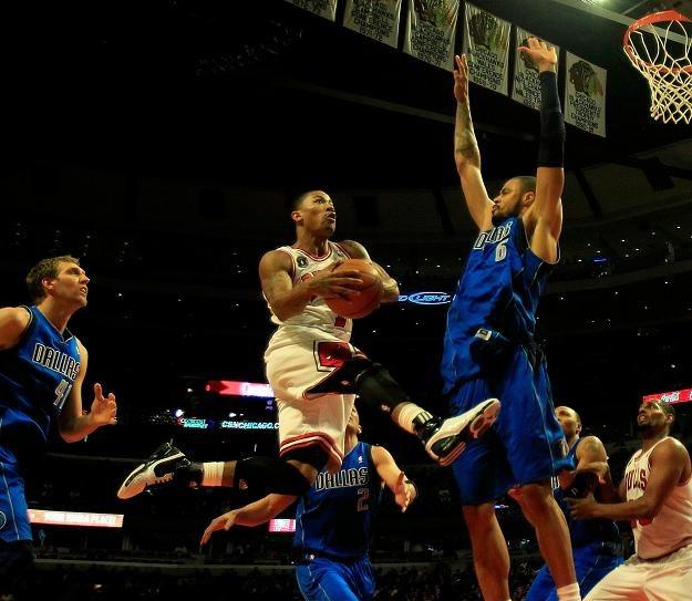 Derrick Rose potrafi fruować pod koszem jak Michael Jordan. /AFP