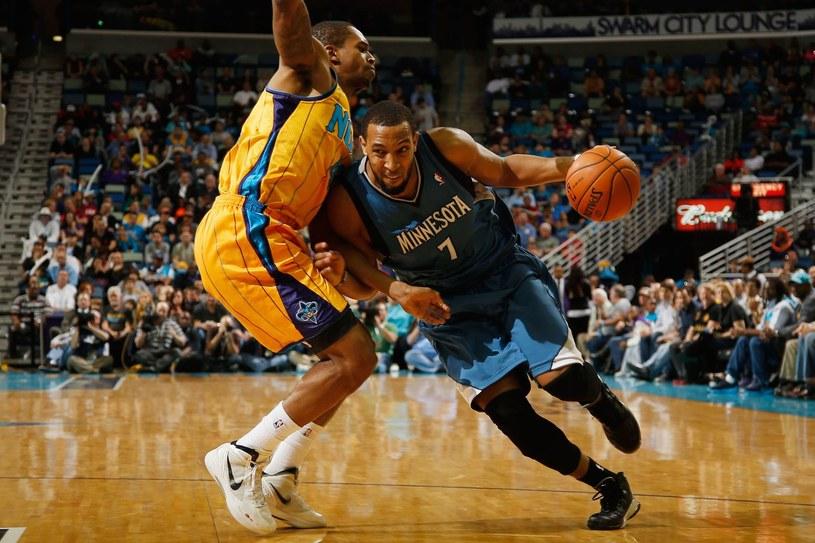 Derrick Williams (z prawej) żegna się z Minnesota Timberwolves /AFP